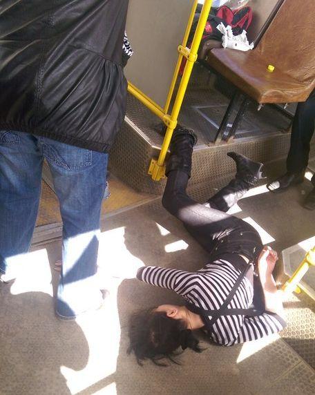 Пермяков шокировала кондуктор 74-го маршрута, уснувшая наполу автобуса