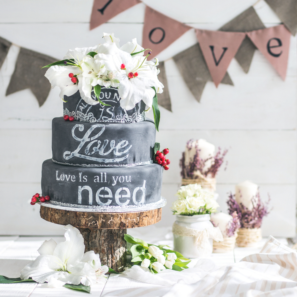chalkboard-effect-wedding-cake-trends.jpg