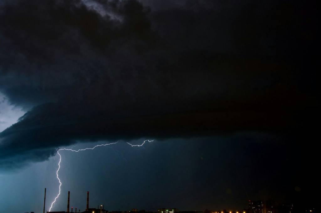 В Сети опубликованы снимки красивой ночной грозы, которая напугала пермяков