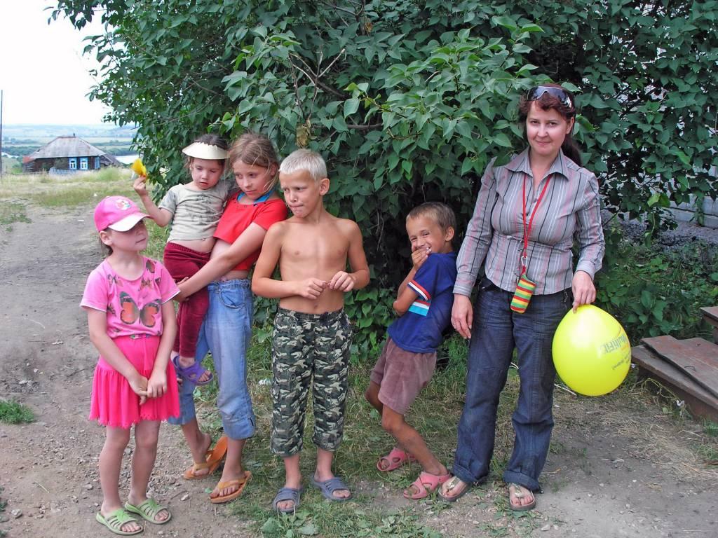Оксана Фибриг на площадке с кашинирнскими детьми.jpg