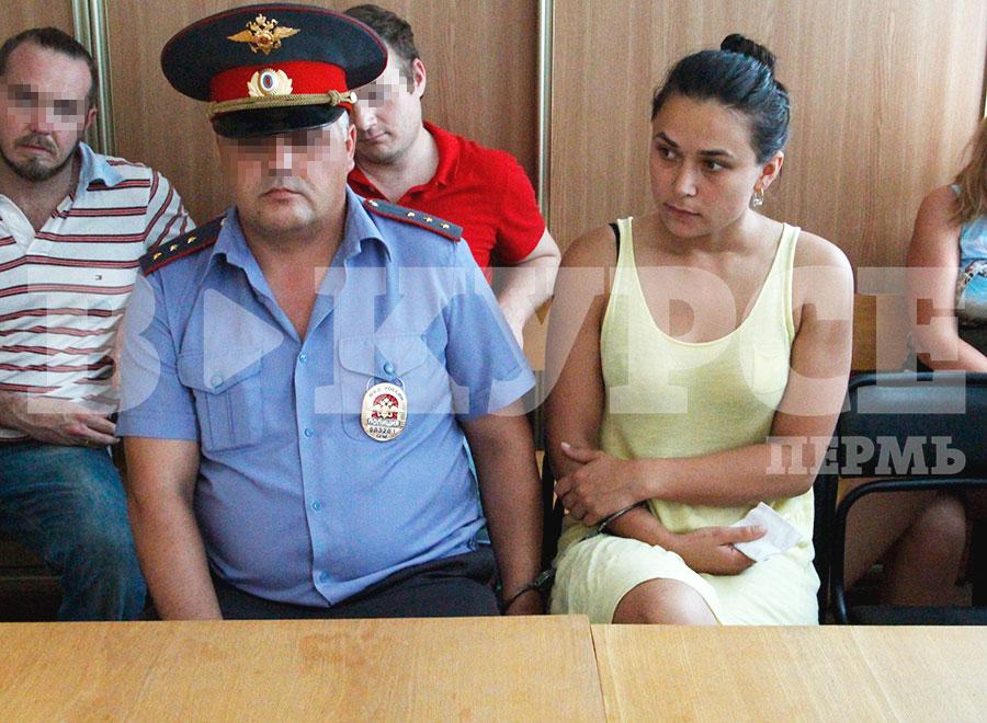 В суде прикована наручниками.jpg