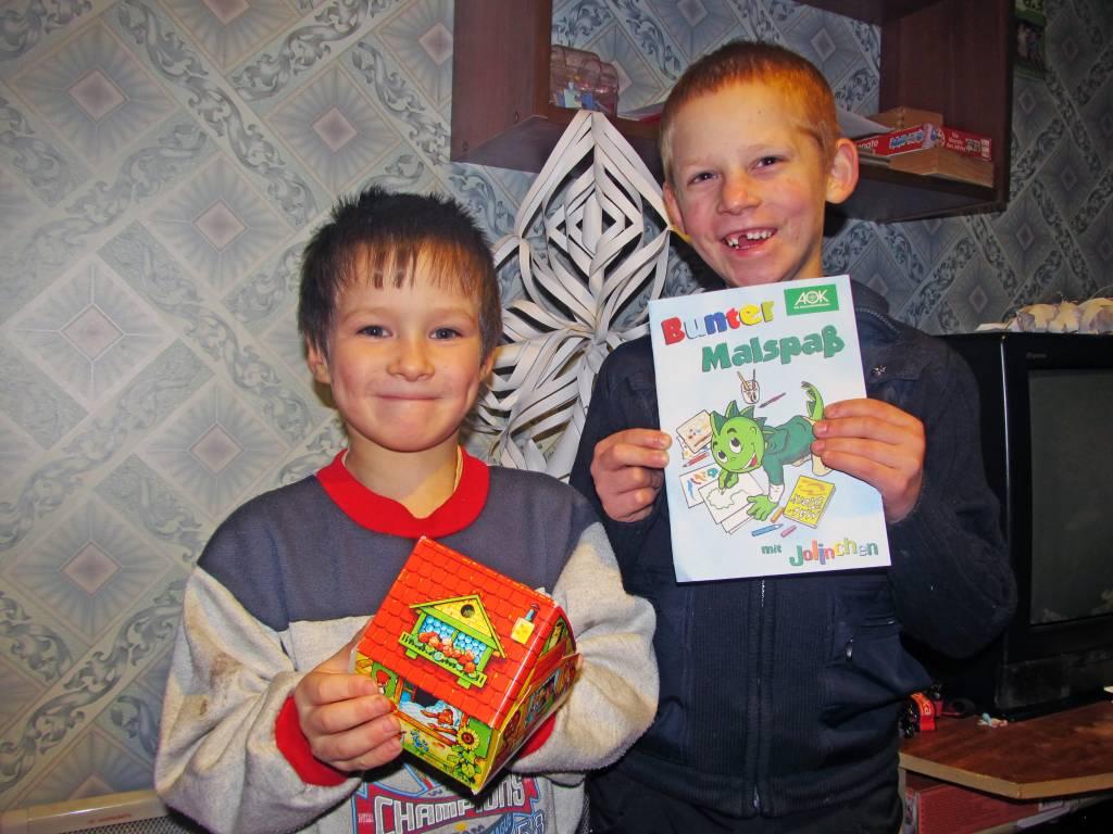 Егор и Витя с подарками от тети Оксаны.jpg